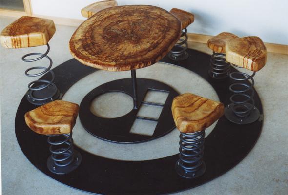 Kinderrunde - Holztisch mit 5 Holz-Hockern rundherum angeordnet